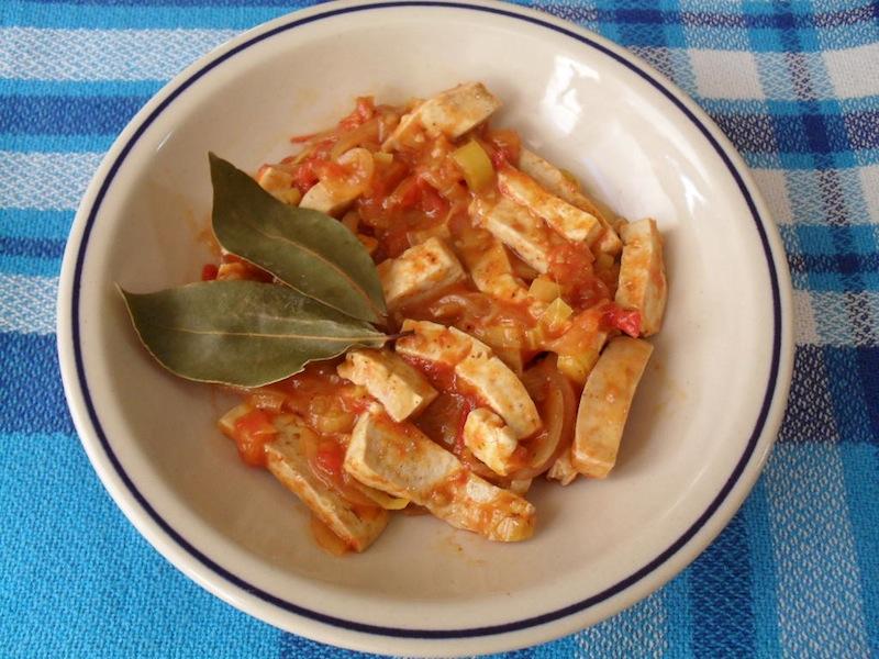 Tofu refogado com tomate e louro