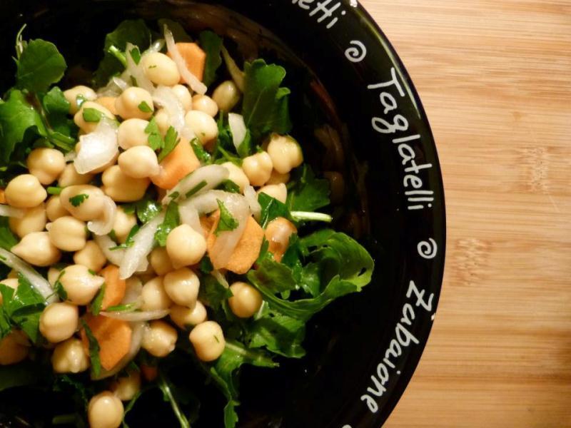 Salada de grão com rúcula